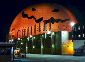 Arena Globen jako halloweenowa dynia